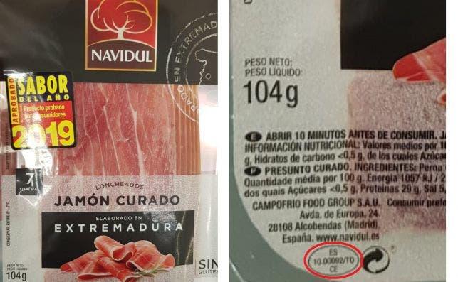 """Izquierda: Jamón curado Navidul en formato loncheado, con la leyenda """"elaborado en Extremadura"""" / Derecha: Marcado en rojo, el óvalo sanitario que indica que el producto fue manipulado en último término en Toledo"""