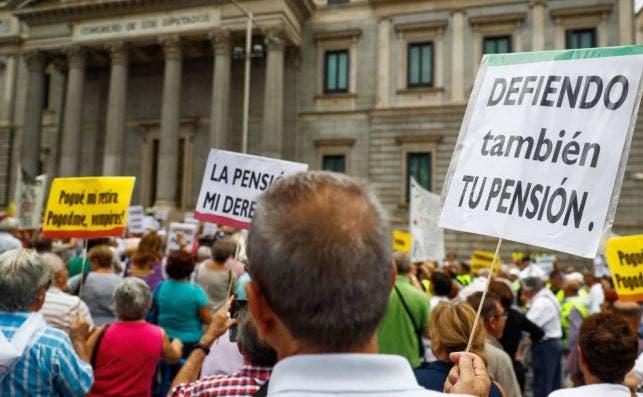 Los pensionistas se manifiestan frente al Congreso. Imagen de archivo./ EFE