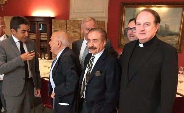 JoEl almuerzo de la peña Las Alforjas tuvo dos protagonistas: Jordi Pujol y el Padre Apeles, momentos antes del almuerzo en el Círculo Ecuestre.