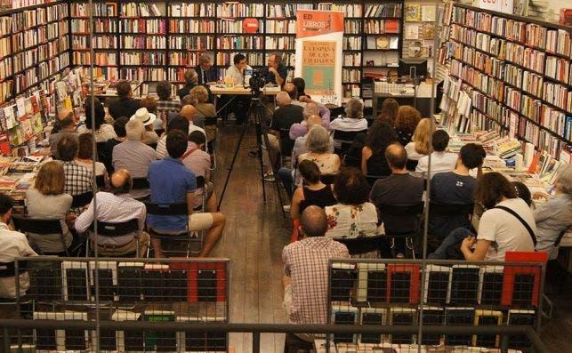 Los asistentes a la presentación de 'La España de las ciudades', de Gerardo Pisarello. ED