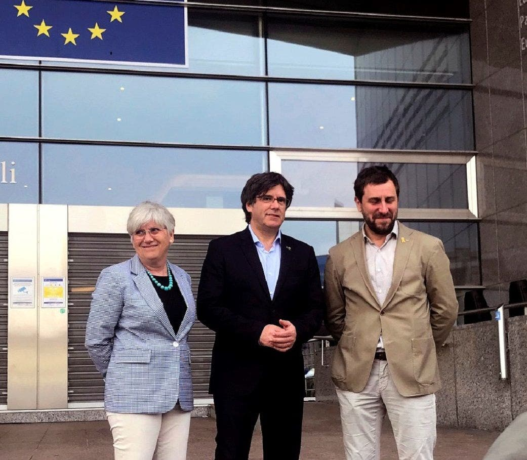 La exconsejera de Enseñanza, Clara Ponsatí, junto con el expresidente catalán Carles Puigdemont y el exconsejero de Salud, Toni Comín, en Bruselas, el 26 de mayo de 2019 | EFE/LM/Archivo