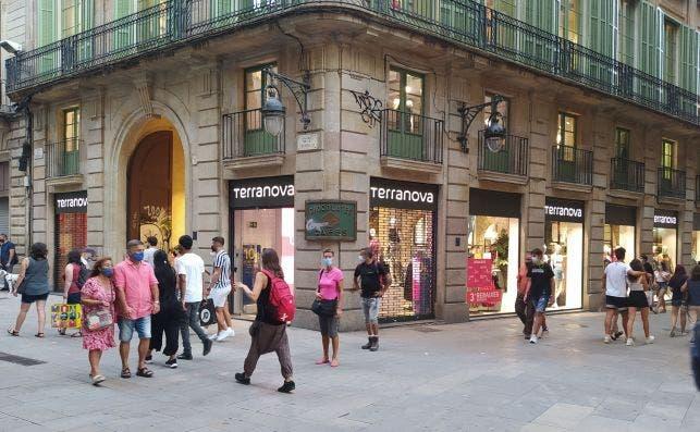 El palacio Castell de Pons, de la plaza de la Cucurulla de Barcelona, acoge la principal tienda de la italiana Terranova en España. En sus bajos estaban hasta 2016 las centenarias Filatelia Monje y la chocolatería Fargas. /ED