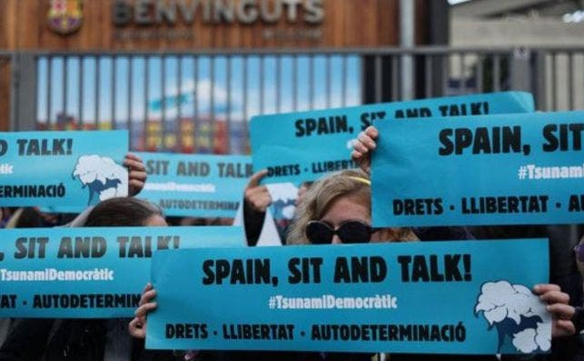 Manifestantes de Tsunami Democràtic, la organización que Torra se niega a investigar, frente al Camp Nou durante el Barça-Madrid / @Tsunami_dem (Twitter)