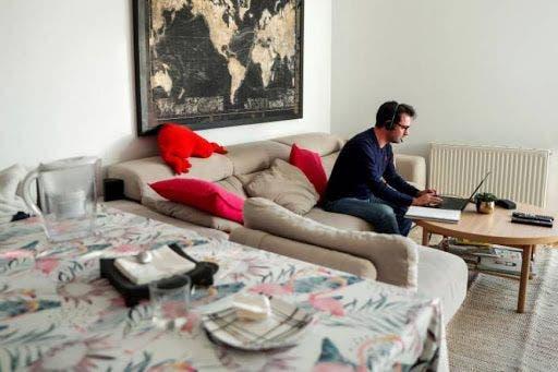 Un hombre trabaja este sábado en una habitación del hotel Pestana, en la madrileña Plaza Mayor. Muchos hoteles, sobre todo urbanos, ofertan teletrabajar en sus espacios comunes o en habitaciones habilitadas para ello. EFE/Fernando Villar