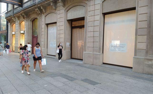 El gigante de la moda Inditex ha cerrado una tienda de Uterqüe, una de sus insignias, en Portal de l'Àngel, la avenida más cara de España. /ED