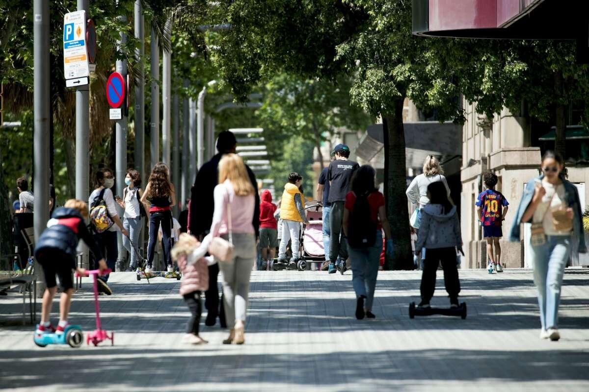 Varias familias pasean por la Diagonal de Barcelona. EFE