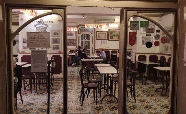 La Granja Viader, de la calle Xuclà, cerca de la Rambla, es conocida por sus desayunos y meriendas. Aquí nació el Cacaolat. /ED