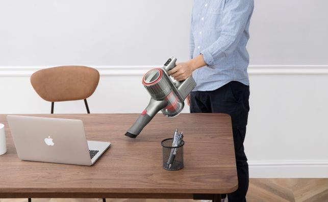 El Roborock H6 es ligero y tiene un tamaño compacto, en incluye accesorios que para limpiar en el hogar, coche u oficina..
