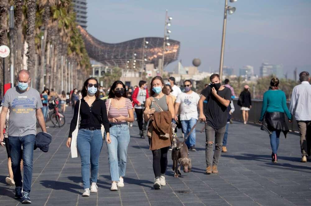 Jóvenes caminan por Barcelona el 1 de noviembre de 2020, durante el primer fin de semana de nuevas restricciones en Cataluña por la Covid-19 | EFE/MP