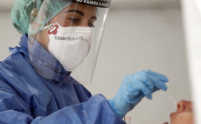 Una enfermera realiza una prueba PCR a un paciente en el hospital bilbaíno de Basurto durante la pandemia de coronavirus EFE/LUIS TEJIDO./Archivo