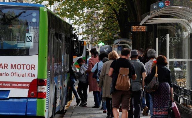 Un grupo de personas sube al autobús en una parada de San Sebastián el 1 de noviembre de 2020. País Vasco no descarta pedir el confinamiento | EFE/JH/Archivo