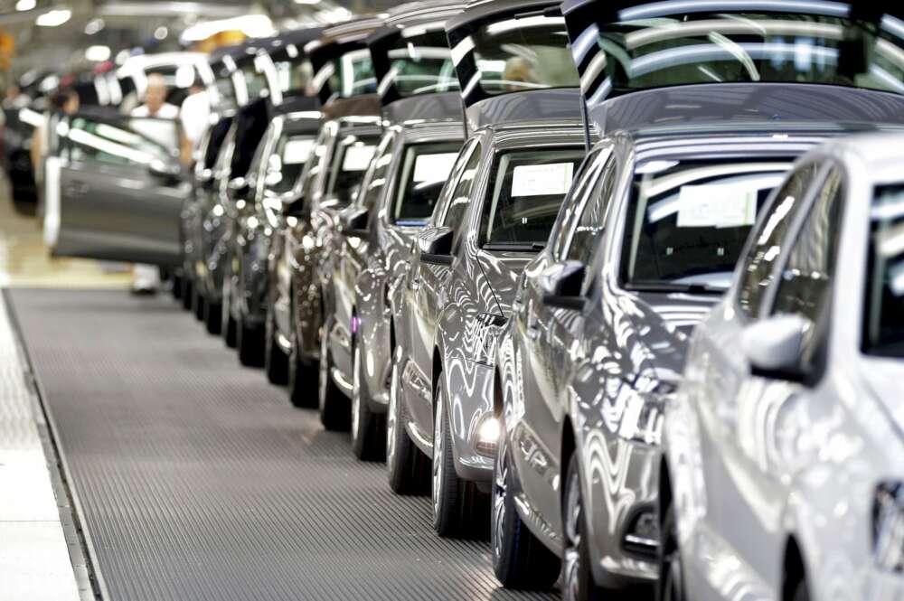 De Ikea a Volkswagen: la reducción en la cadena de suministro afecta a los gigantes empresariales. En la imagen, varios Volkswagen Polo en la planta que el fabricante alemán tiene en Navarra. EFE/Villar Lopez
