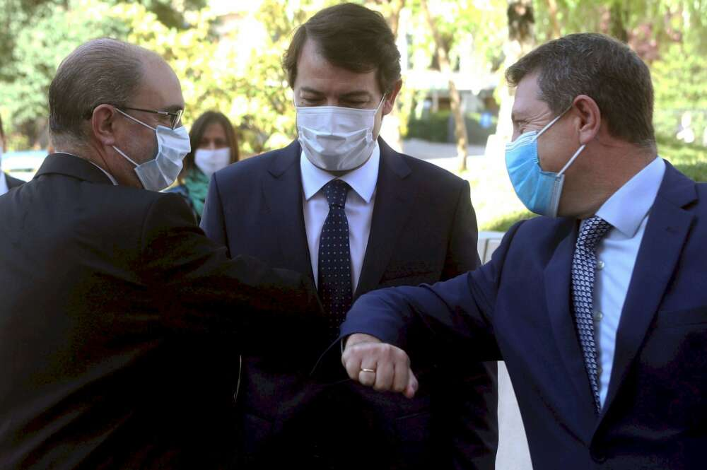 Javier Lambán y Emiliano García Page saludándose con los codos