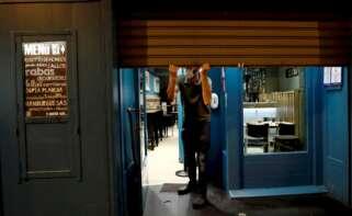 Un establecimiento de hostelería de Navarra cierra la persiana durante la crisis del coronavirus. EFE/Jesús Diges