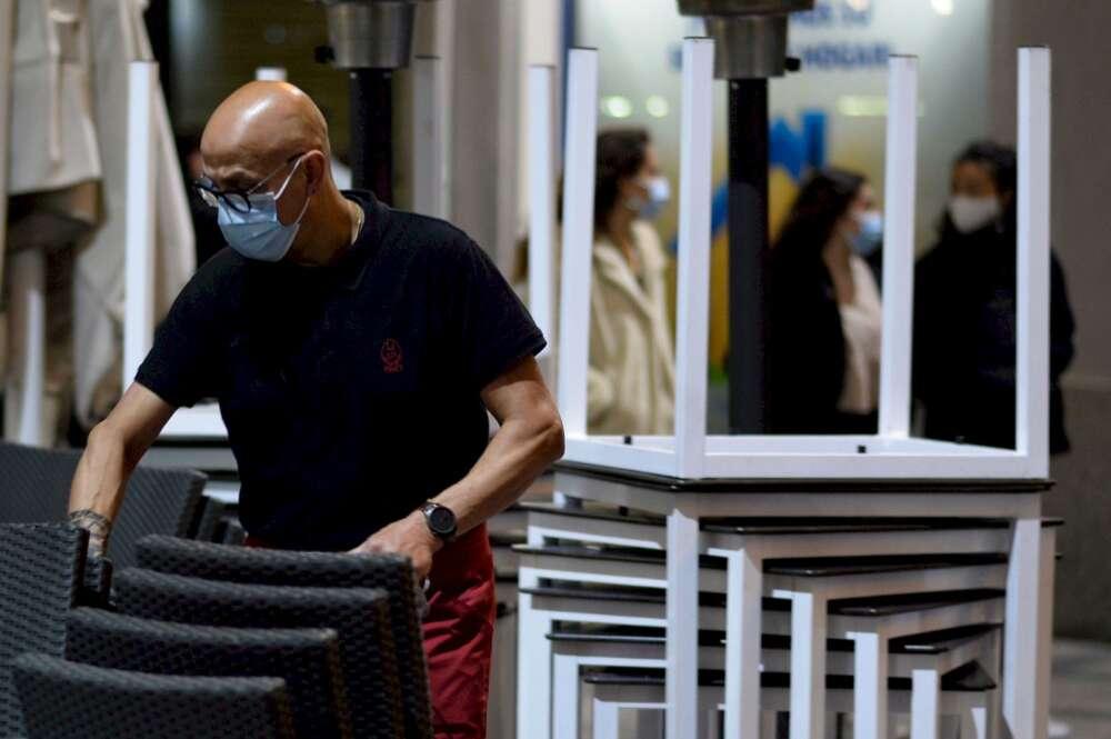España registra un millón más de personas sin trabajo que antes de la pandemia. En la imagen, un camarero recoge la terraza de un bar de Valladolid, uno de los sectores afectados por los Expedientes de Regulación Temporal de Empleo. EFE/NACHO GALLEGO