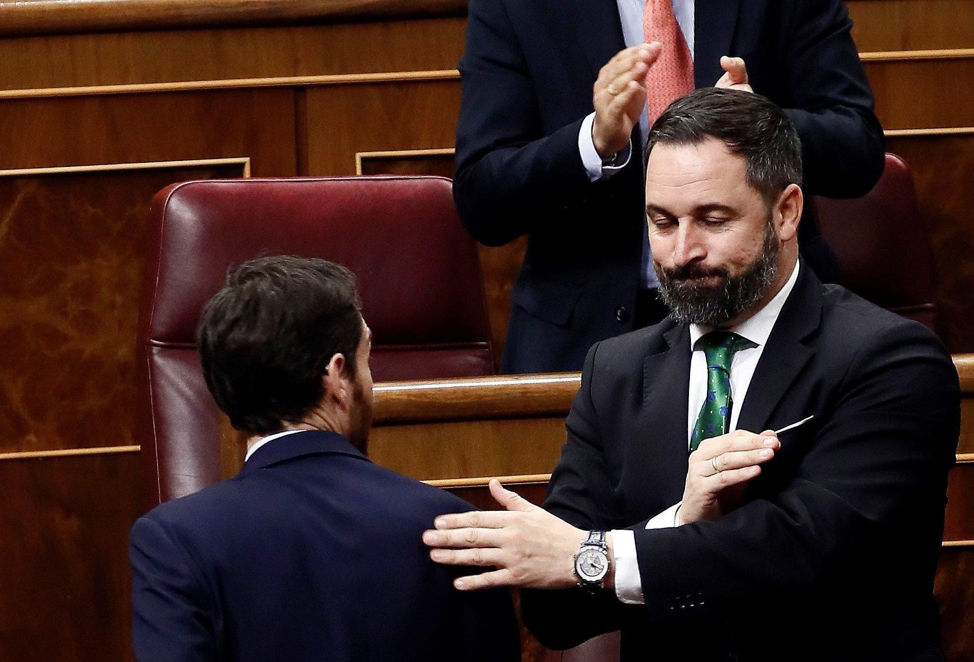 El líder del PP, Pablo Casado, y el de Vox, Santiago Abascal, se saludan en el Congreso de los Diputados. EFE/Mariscal