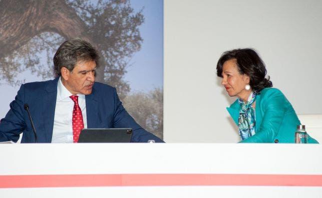 Ana Botín, presidenta del Santander, con el consejero delegado. José Antonio Álvarez, en la junta de accionistas de 2020