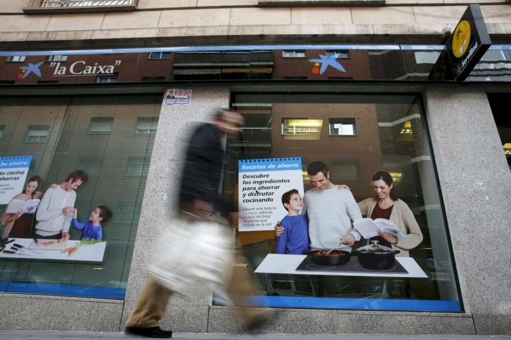 Una oficina de CaixaBank, cuya fusión con Bankia desencadenará la pérdida de más empleos en el sector bancario