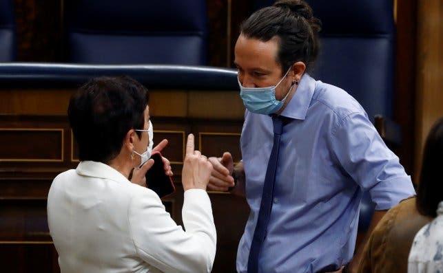 El vicepresidente segundo del Gobierno, Pablo Iglesias (d) conversa con la portavoz en el Congreso de EH Bildu, Mertxe Aizpurua (i) / EFE