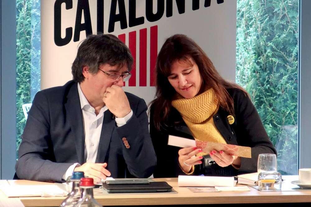 Carles Puigdemont y la candidata de JxCat, Laura Borràs, durante una reunión en 2019   EFE/Archivo