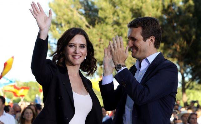 En la imagen, el líder del PP, Pablo Casado, y la candidata del PP a la Comunidad de Madrid, Isabel Díaz Ayuso, en la campaña por las elecciones. EFE/ J.J Guillén