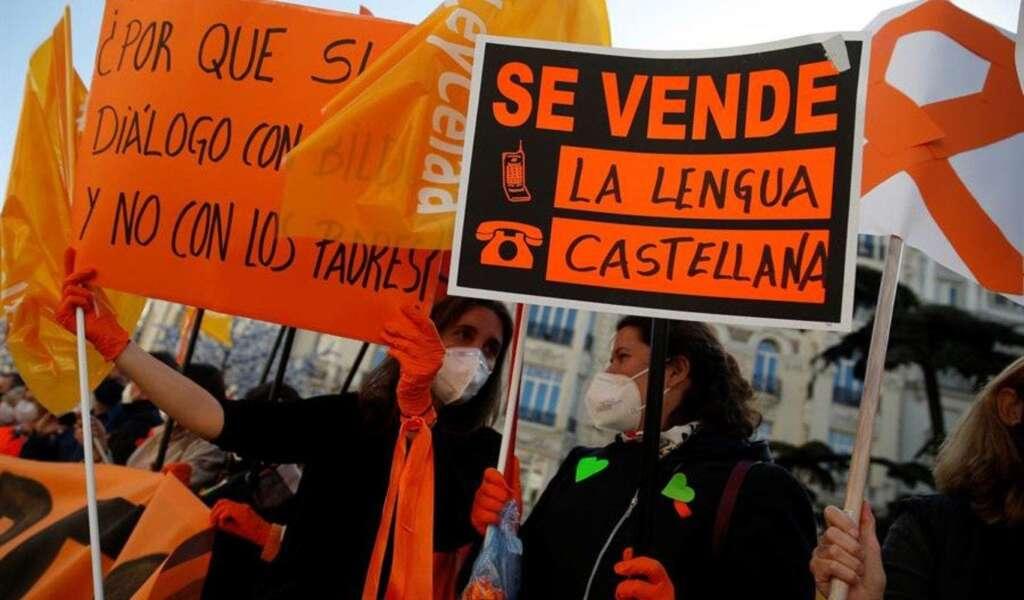 Manifestantes de naranja protestan contra la aprobación de la Ley Celaá, que suprime el castellano como lengua vehicular / EFE