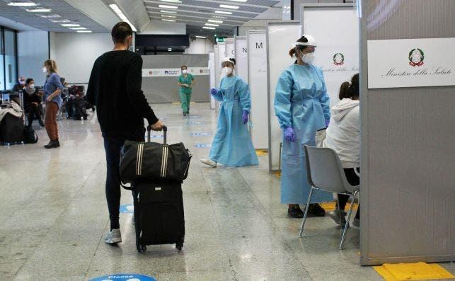 Un pasajero espera para someterse a un test de coronavirus en el aeropuerto de Fiumicino, en Roma. EFE/EPA/Redazione Telenew