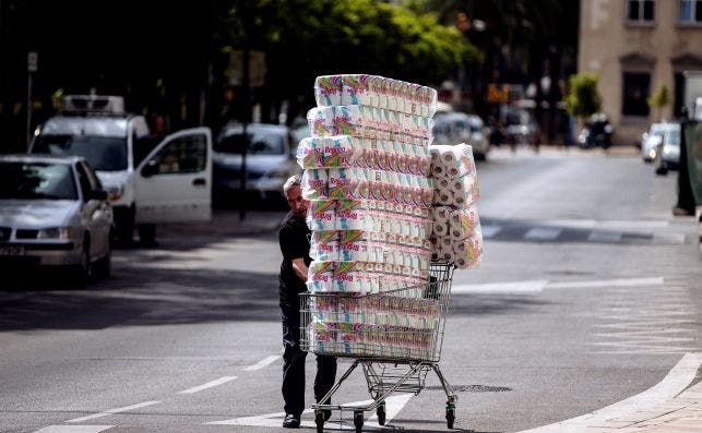 Un trabajador transporta numerosos rollos de papel higiénico en Málaga. Foto: EFE Jorge Zapata