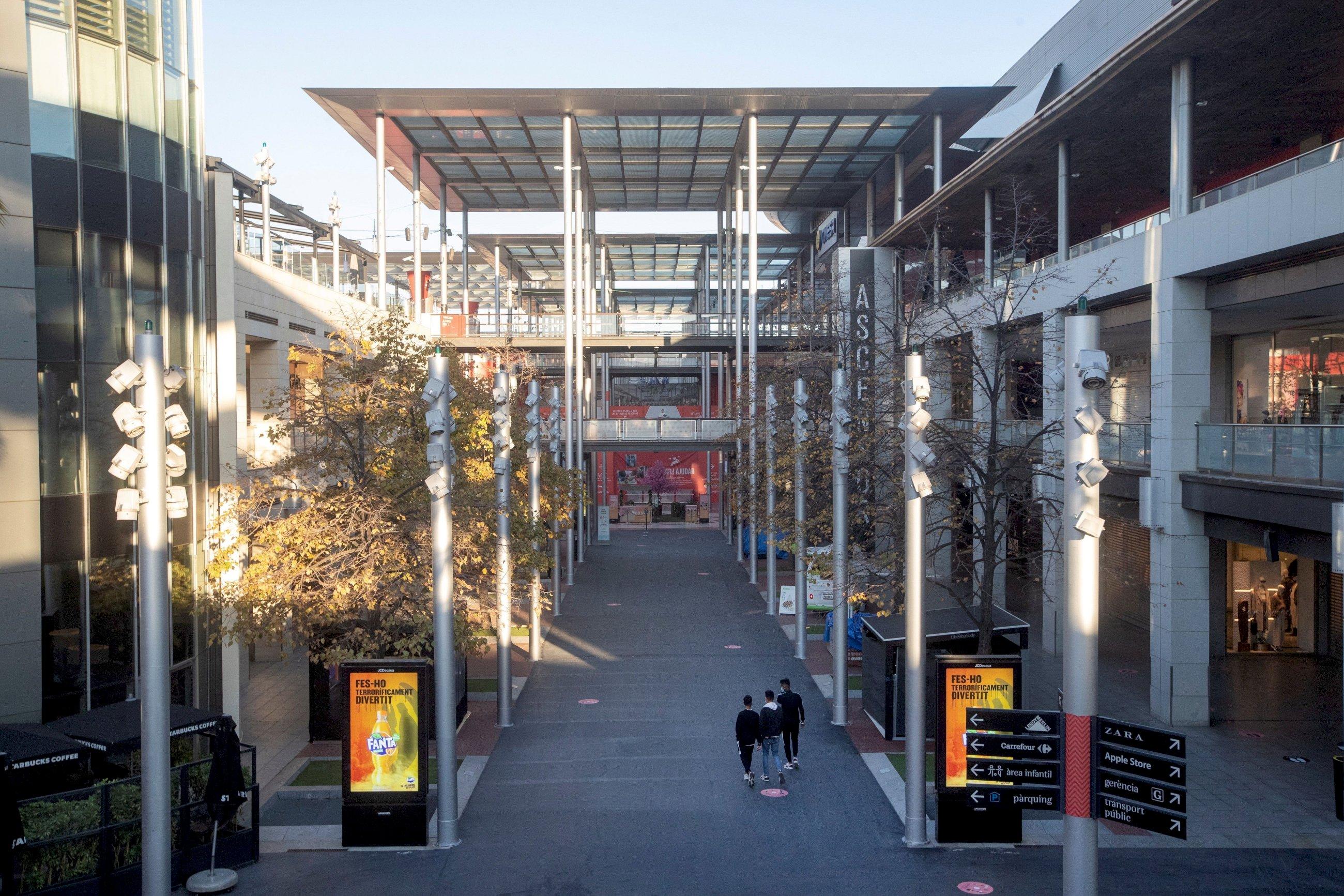 Imagen del Centro Comercial La Maquinista de Barcelona tras la aprobación del nuevo plan de medidas contra el coronavirus de la Generalitat de Cataluña. EFE/Marta Pérez