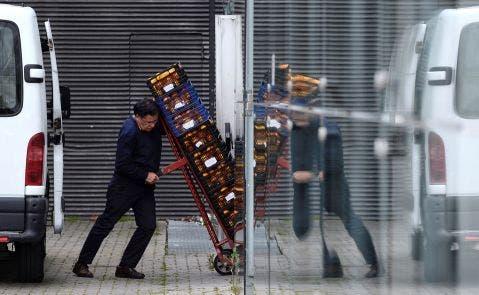 Un empleado de transporte carga paquetes de mercancías. Foto: Efe/Nacho Gallego