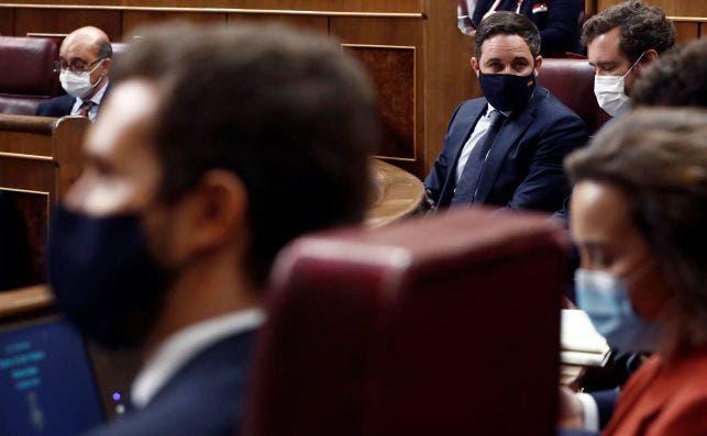 El líder de Vox, Santiago Abascal, desde la perspectiva del líder del PP, Pablo Casado, durante la fallida moción de censura al Gobierno de Pedro Sánchez del 21 y 22 de octubre de 2020 en el Congreso | EFE/Mariscal