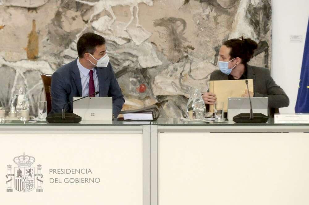El presidente del Gobierno español, Pedro Sánchez (izq), conversa con el vicepresidente Segundo, Pablo Iglesias, en el Palacio de la Moncloa / EFE