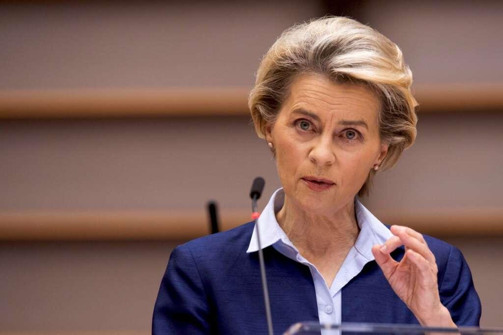 La presidenta de la Comisión Europea, Ursula Von der Leyen, estudia acciones legales contra las farmacéuticas por los retrasos EFE