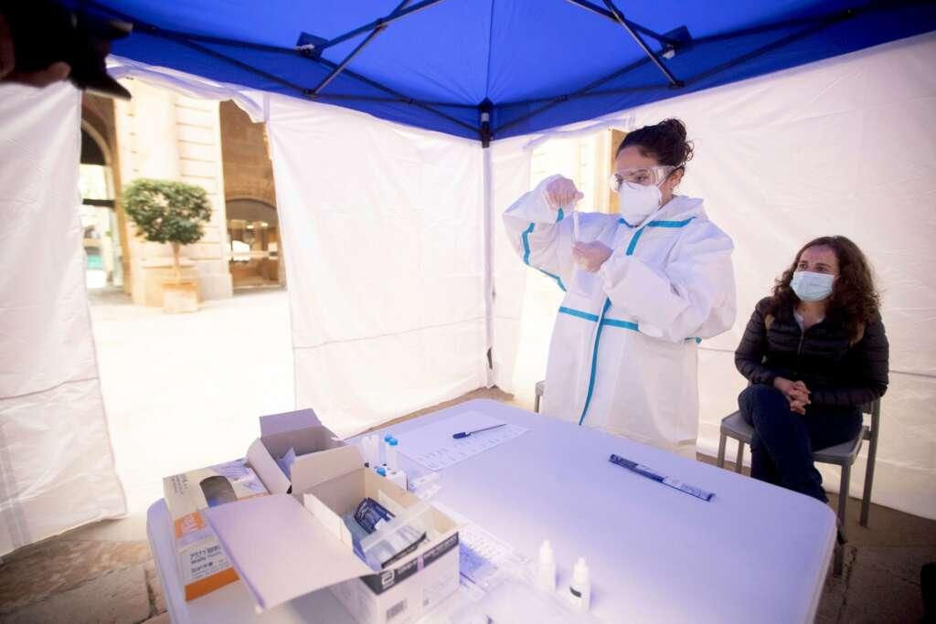Una mujer se realiza una PCR en uno de los puntos habilitados por la Cambra de Comerç de Barcelona / EFE