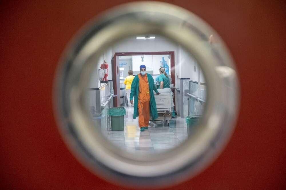Personal sanitario en una planta del Hospital Gregorio Marañón, en Madrid. El Servicio de Microbiología y Enfermedades Infecciosas del centro descubrió el primer caso de reinfección de coronavirus en España | EFE/RJ/Archivo