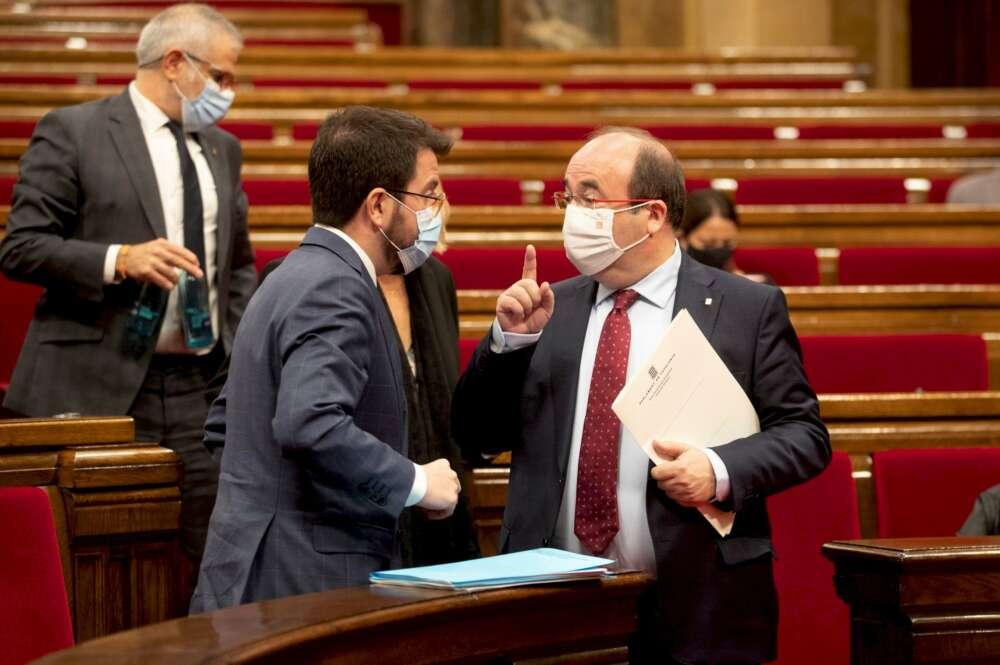Los candidatos de ERC y PSC a las elecciones catalanas, Pere Aragonès y Miquel Iceta, en el Parlament | EFE/Archivo