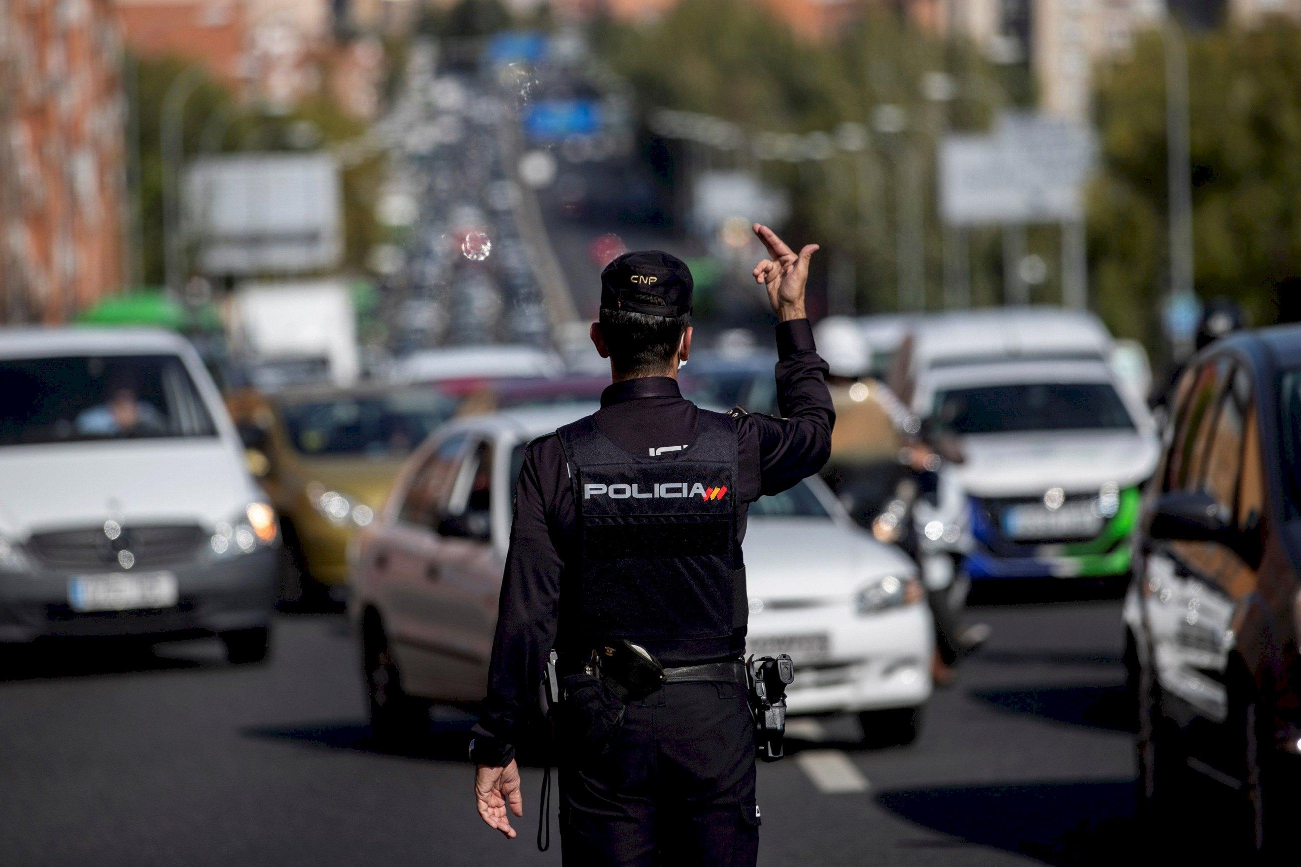 Un agente de la Policía Nacional en un control para vigilar el cumplimiento de las restricciones a la movilidad en Madrid | EFE/RJ/Archivo