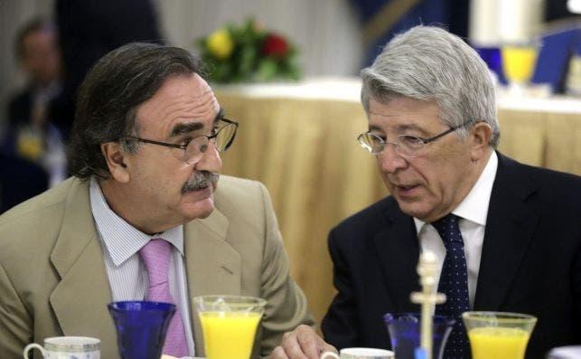 Blas Herrero (izquierda), dueño de Kiss FM y posible nuevo inversor en Prisa, junto a Enrique Cerezo, presidente del Atlético de Madrid. EFE