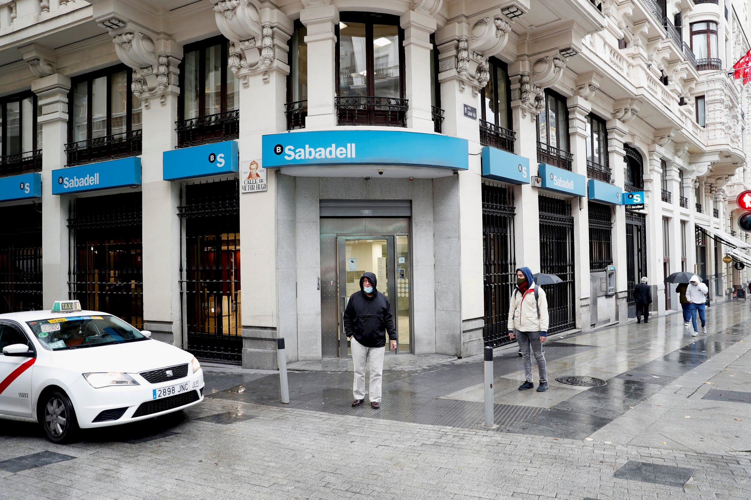 Una oficina del Banc Sabadell en una calle de Madrid / EFE
