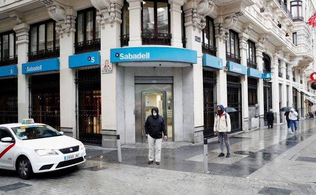 Una oficina del Banc Sabadell en una calle de Madrid, banco que pretende continuar en solitario tras el fracaso de fusión con el BBVA / EFE