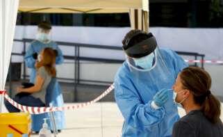 Personal sanitario toma muestras en Córdoba para realizar pruebas PCR de coronavirus como las que han permitido notificar cinco casos de la nueva cepa de Reino Unido. EFE/Archivo