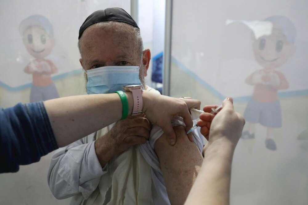 Un ciudadano israelí recibe una vacuna contra la Covid-19 / EFE