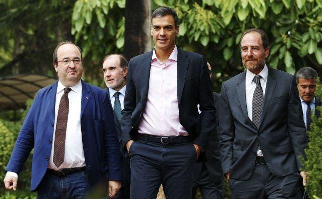 De izquierda a derecha: Miquel Iceta, Pedro Sánchez y Enric Hernández (cuando era director de 'El Periódico de Catalunya') a su llegada a un evento en Barcelona en septiembre de 2017 | EFE/AG/Archivo