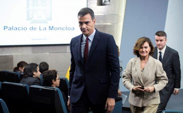 Pedro Sánchez, Carmen Calvo e Iván Redondo en una rueda de prensa en La Moncloa en octubre de 2019. Redondo supervisará la nueva comisión permanente contra la desinformación anunciada por el Gobierno | EFE