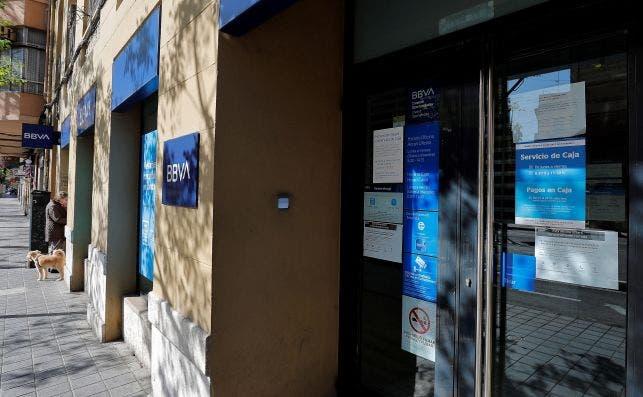 BBVA cobrará 2 euros a los clientes que saquen dinero por ventanilla