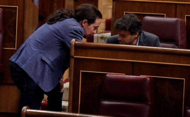 El vicepresidente segundo, Pablo Iglesias, y el portavoz de Unidas Podemos, Jaume Asens, en el Congreso el 6 de mayo de 2020. Foto Efe/JJG/Pool/Archivo