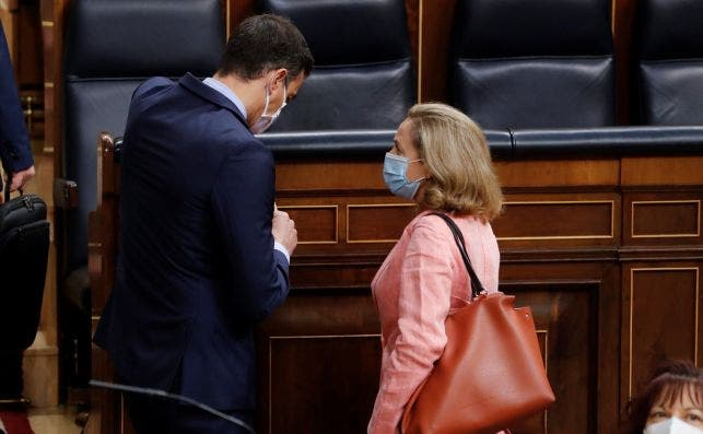 Pedro Sánchez y Nadia Calviño, vicepresidenta económica, conversan en el Congreso de los Diputados. El Gobierno solo ejecutó hasta julio el 39% de los fondos estructurales europeos. /EFE/ Ballesteros