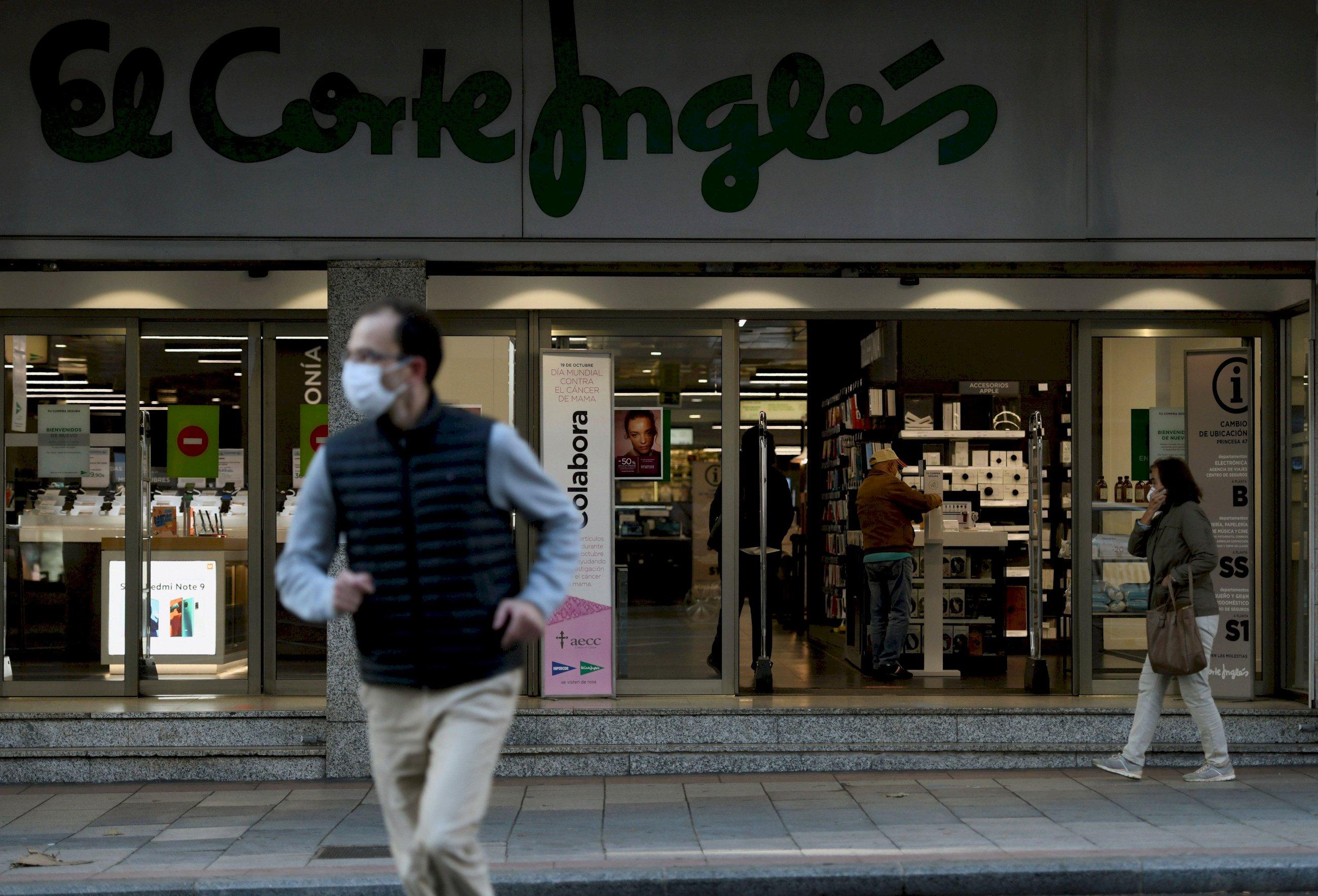 Clientes acceden a El Corte Inglés de la calle Princesa, en Madrid, durante la crisis sanitaria del coronavirus. EFE/Víctor Lerena