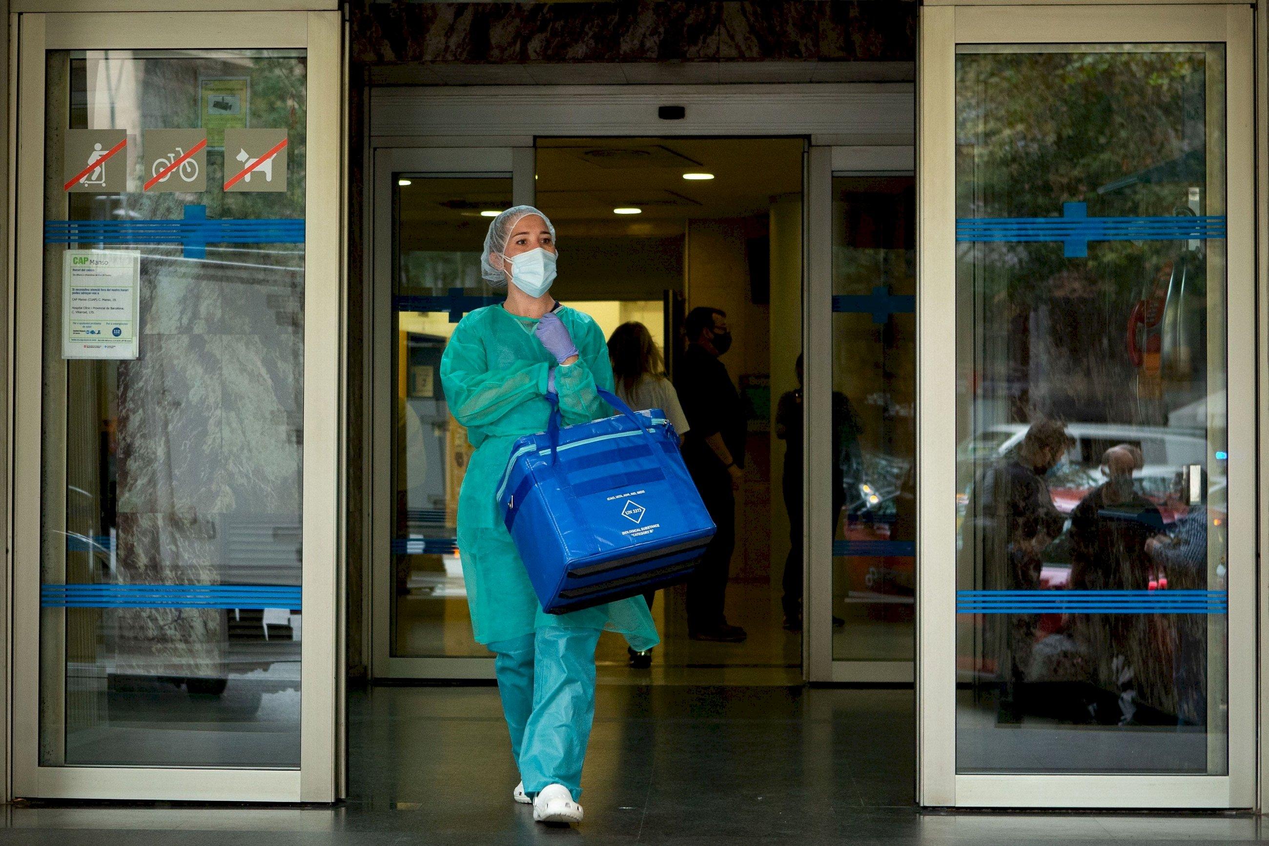 Una profesional sanitaria sale del Centro de Atención Primaria (CAP) de la calle Manso de Barcelona, el 21 de octubre de 2020 | EFE/EF/Archivo