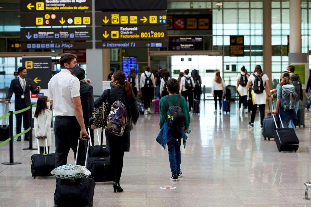Varios pasajeros en el aeropuerto de El Prat de Barcelona el 31 de octubre de 2020 | EFE/AG/Archivo
